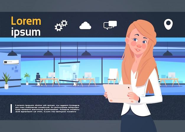 Presentazione dello spazio di coworking con la donna di affari