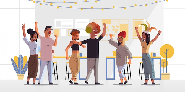Primo aprile sciocco giornata gara colleghi che indossano buffo giullare cappelli occhiali baffi e cappello da clown celebrazione celebrazione concetto moderno ufficio interno orizzontale a figura intera