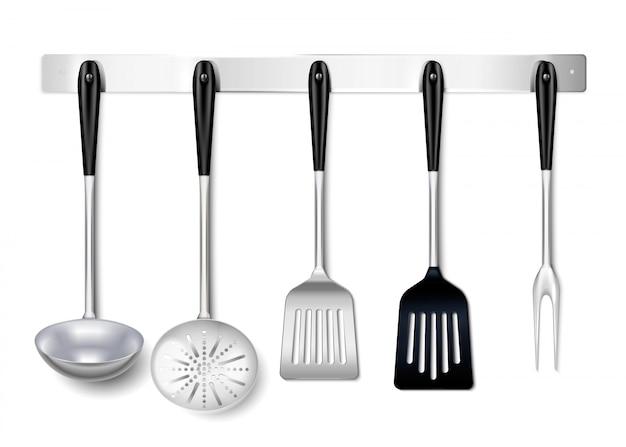Primo piano dello scaffale d'attaccatura del metallo degli utensili degli utensili della cucina realistico con lo skimmer della spatola della siviera che cucina forcella