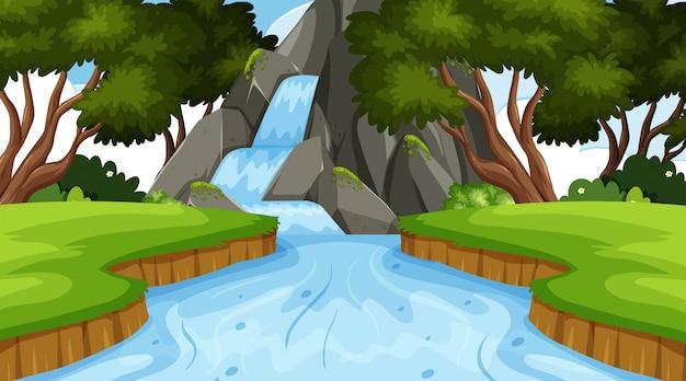 Priorità bassa del paesaggio con la cascata in foresta