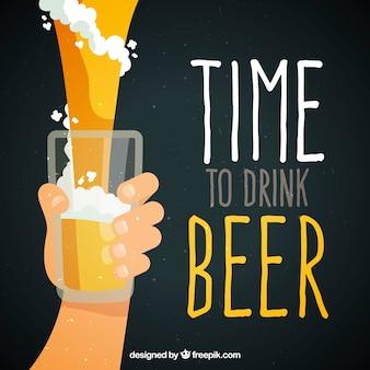Priorità bassa della birra con la mano che tiene in vetro