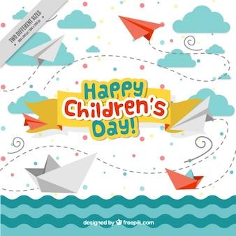 Priorità bassa di giorno piacevole dei bambini di mare con barche e aerei origami