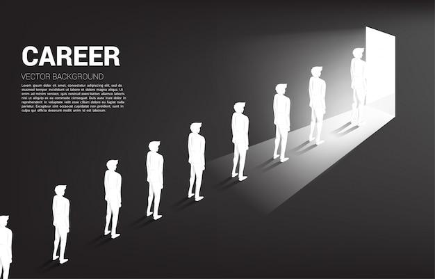 Profili il gruppo di coda dell'uomo d'affari per uscire dalla porta.