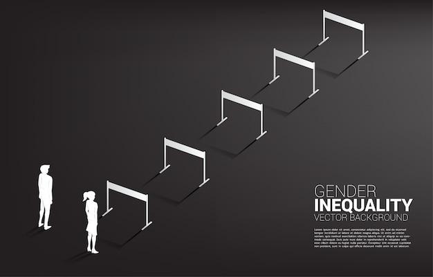 Profili la donna di affari che sta con con l'ostacolo e l'uomo d'affari delle transenne. disuguaglianza di genere negli affari e ostacolo nel percorso di carriera delle donne