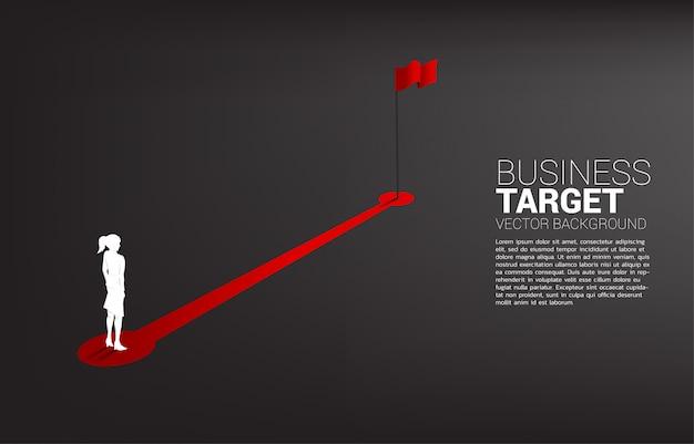 Profili la donna di affari che sta sul percorso di itinerario alla bandiera rossa allo scopo. persone pronte ad iniziare la carriera e gli affari al successo.