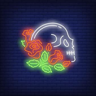 Profilo del cranio in rose segno al neon