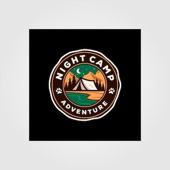 Progettazione all'aperto dell'illustrazione dell'emblema di logo di avventura del campo notturno