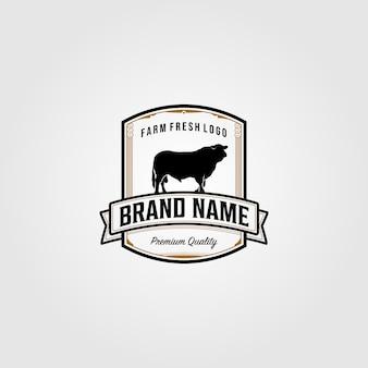 Progettazione d'annata dell'illustrazione di logo dell'azienda agricola della mucca del bestiame