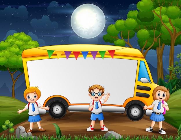 Progettazione del modello del confine con gli scolari in uniforme