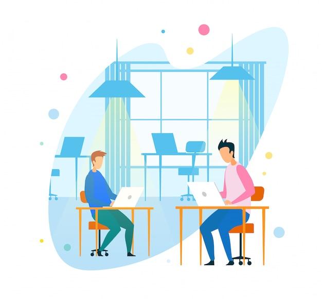 Programmatori che utilizzano dispositivi digitali in ufficio moderno