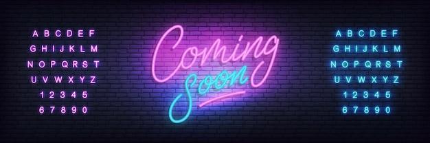 Prossimamente al neon. lettering prossimamente per promozione, pubblicità, vendita, marketing