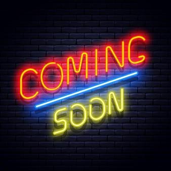 Prossimamente banner al neon sul muro di mattoni. illustrazione.