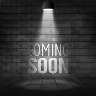 Prossimamente messaggio illuminato con proiettore di luce spotlight. muro di mattoni e palcoscenico realistici