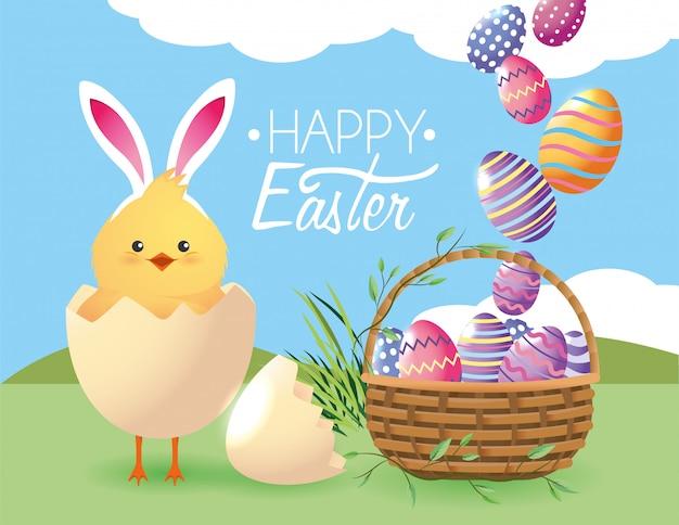 Pulcino dentro l'uovo rotto e decorazione di easters
