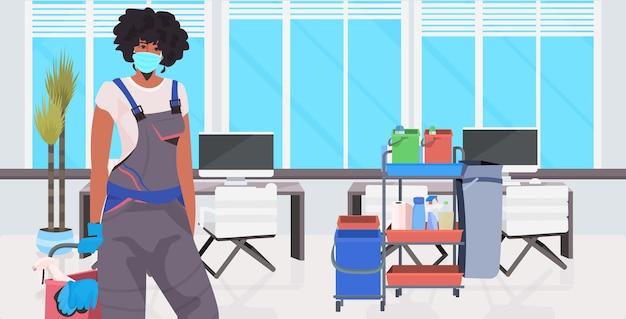 Pulitore professionale femminile bidello pulizia e disinfezione del pavimento