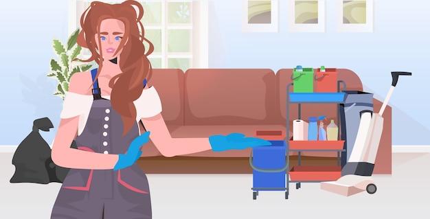 Pulizia professionale del bidello femminile delle pulizie