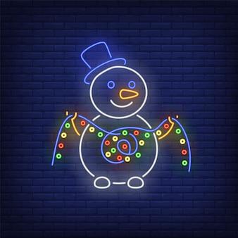 Pupazzo di neve che indossa cappello a cilindro e tenendo ghirlanda di luci in stile neon