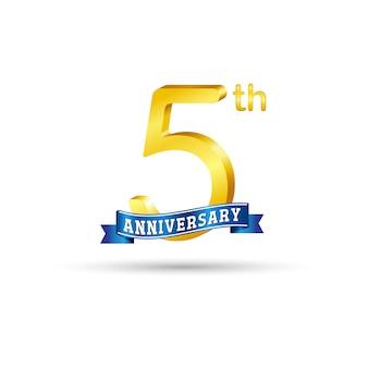 Quinto logo dorato anniversario con nastro blu isolato su sfondo bianco. logo in oro 5 ° anniversario 3d