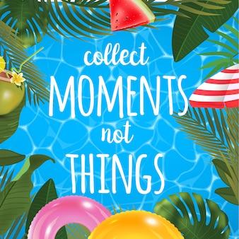 Raccogliere momenti non cose messaggio sullo sfondo marino. superficie della piscina, coctail di cocco, anelli gonfiabili, ombrellone, anguria e palme, vista dall'alto della spiaggia.