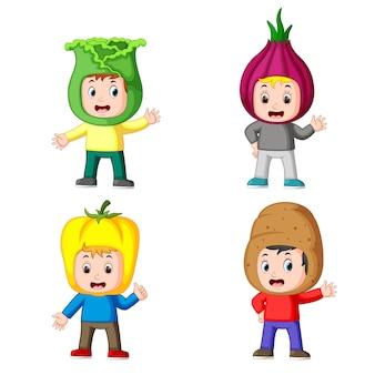 Raccolta dei bambini che utilizzano il costume di verdure fresche con la diversa variante