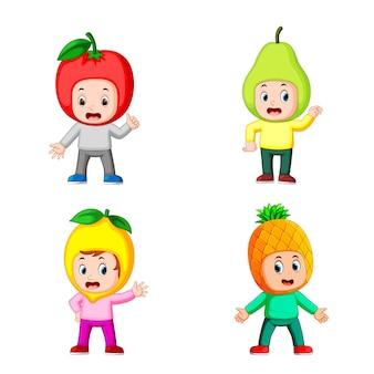 Raccolta dei bambini del ragazzo che utilizzano il costume di frutta con posa diversa