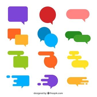 Raccolta di colorate bolle di discorso in disegno piatto
