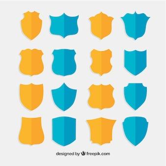 Raccolta di scudi giallo e blu in design piatto