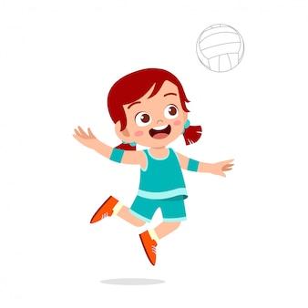 Ragazza carina bambino felice giocare a pallavolo in treno