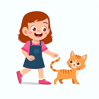 Ragazza carina felice del bambino gioca con il gatto domestico