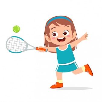 Ragazza carina felice giocare a tennis su treno