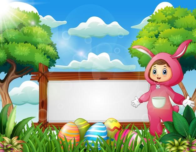 Ragazza carina in un costume da coniglio rosa