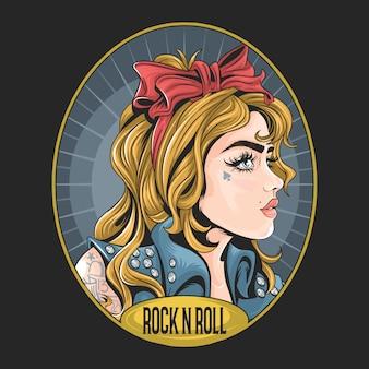 Ragazza con giacca rock n roll e opere da tatuaggio