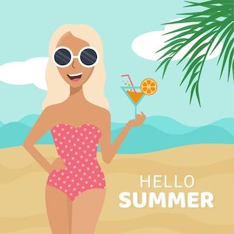 Ragazza con un cocktail sulla sua mano sulla spiaggia in occhiali da sole e costume da bagno giallo. ragazza che sorride sulla spiaggia estiva