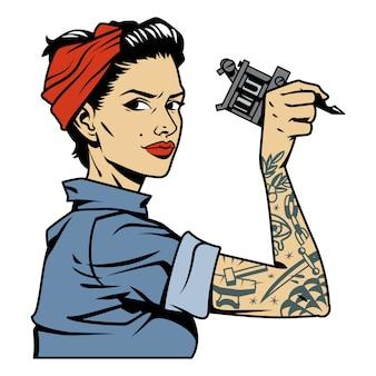 Ragazza del meccanico colorato vintage con tatuaggio sulla chiave della holding del braccio