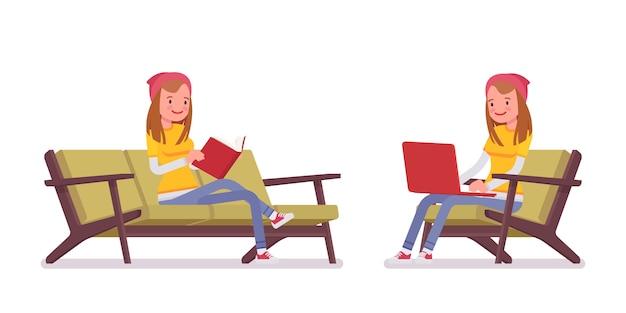 Ragazza dell'adolescente nella posa seduta