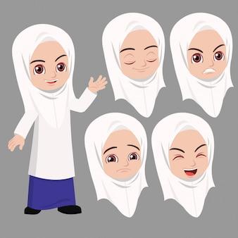 Ragazza della scuola malese in piedi e agitava con la differenza espressione del viso