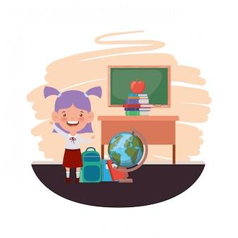 Ragazza dello studente con i rifornimenti di scuola nell'aula