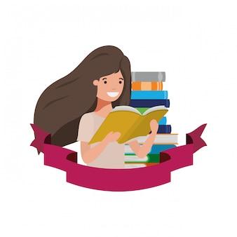 Ragazza dello studente con il libro di lettura nelle mani