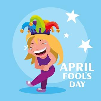 Ragazza felice con la carta di giorno dei pesci d'aprile del cappello del burlone