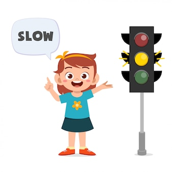 Ragazza felice del bambino sveglio con il segnale stradale