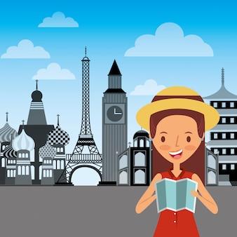 Ragazza felice viaggiatore tenendo la mappa piegata e punto di riferimento del mondo
