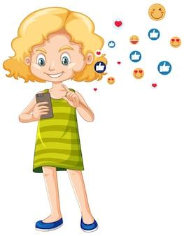 Ragazza in camicia verde facendo uso del personaggio dei cartoni animati dello smart phone isolato su fondo bianco