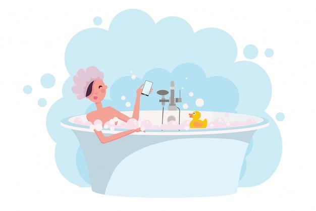 Ragazza in cuffia per la doccia facendo un bagno pieno di schiuma di sapone. anatra di gomma gialla nella vasca.
