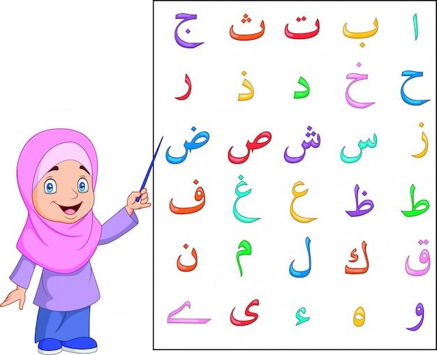 Ragazza musulmana che insegna alfabeto arabo
