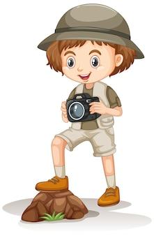Ragazza nella macchina fotografica della tenuta dell'attrezzatura di safari su bianco