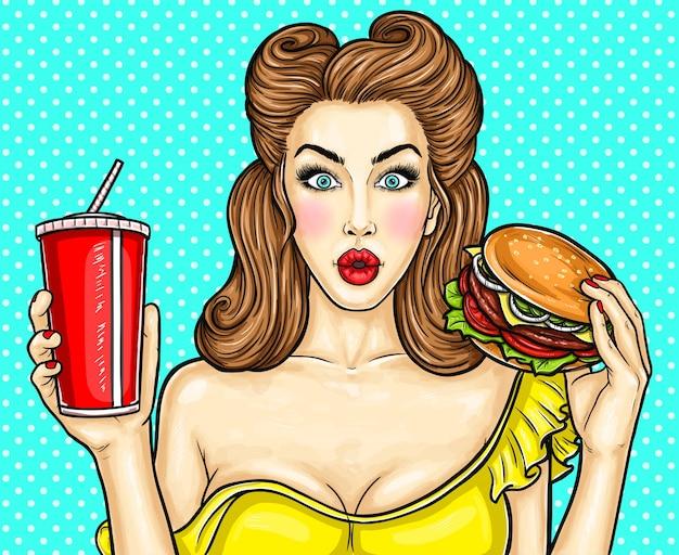 Ragazza sexy di arte pop che tiene un cocktail in sua mano