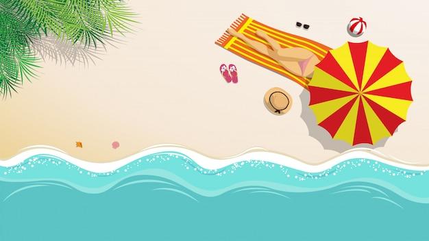 Ragazza sexy in bikini che prende il sole sulla spiaggia