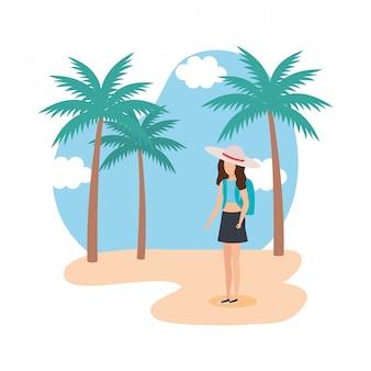Ragazza turistica con cappello estivo sulla spiaggia