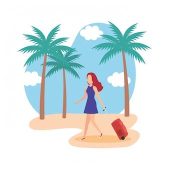 Ragazza turistica con la valigia sulla spiaggia