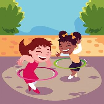 Ragazze che sorridono e che giocano con il hula-hoop